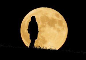ミステリアスな女性と月