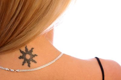 太陽のタトゥーデザイン(首)