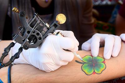 クローバーデザインのタトゥーを入れている男性