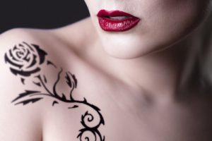 肩に薔薇のタトゥーを入れてる女性