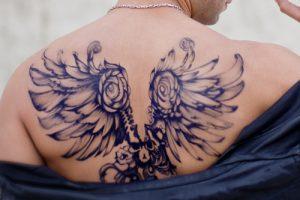 翼のタトゥーデザイン