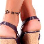 アンクレットのタトゥーデザインが入った足
