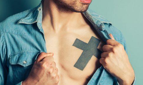 十字架のタトゥーデザインを入れている男性の(サムネ)
