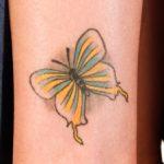 黄色いバタフライのタトゥー