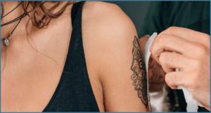タトゥーシールを貼っている女性