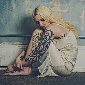 タトゥーを公開する女性