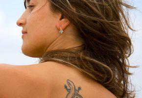 トカゲのタトゥーの女性