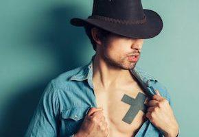 十字架のタトゥーデザインを入れている男性
