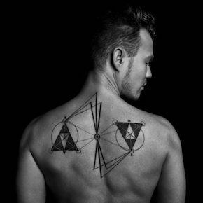 天秤のタトゥー(背中)
