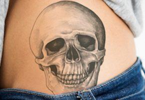 腰に彫られたスカル(ドクロ)のタトゥーデザイン