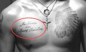 右胸のタトゥー