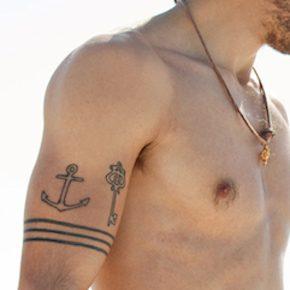 錨のタトゥーを入れた男性