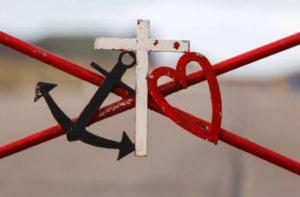 十字架とイカリ