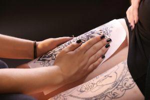 タトゥーの下絵をトーレスしている写真