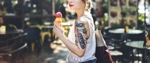 街へ出かけるタトゥーの女性