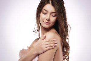 肌を保湿している女性