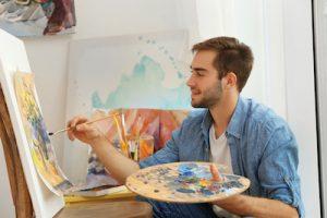 絵を描いている男性