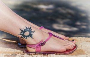 足首に入ってる太陽のタトゥーデザイン