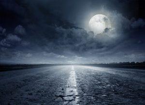 月明かりが照らす夜道のイメージ