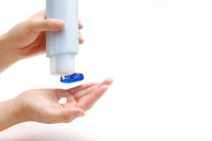 保湿クリームを手に取る女性