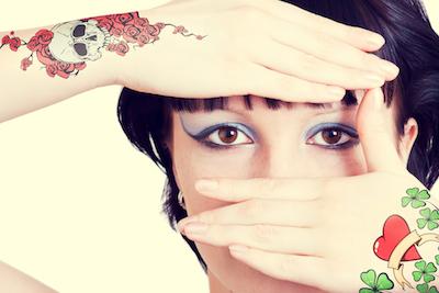 クローバーのタトゥーの女性