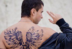 背中に翼のタトゥーを入れている男性