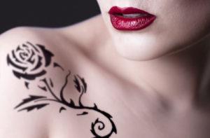 薔薇のタトゥー(肩)