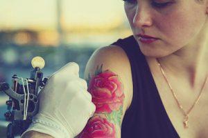 薔薇のタトゥーを入れている女性