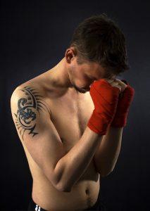 スコーピオンのタトゥーを入れたボクサー