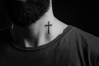 十字架のタトゥー(首)