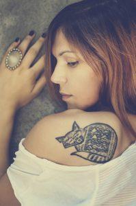猫のタトゥーが入っている女性