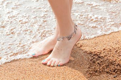アンクレットが輝く美しい脚