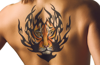 虎のタトゥーが彫られた女性の背中