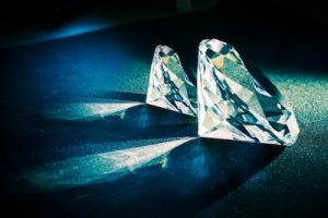 並んで置かれているダイヤモンド