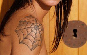 クモの巣のタトゥー(肩)