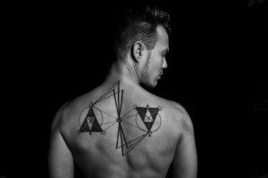 天秤のタトゥー | 意味とデザインまとめ