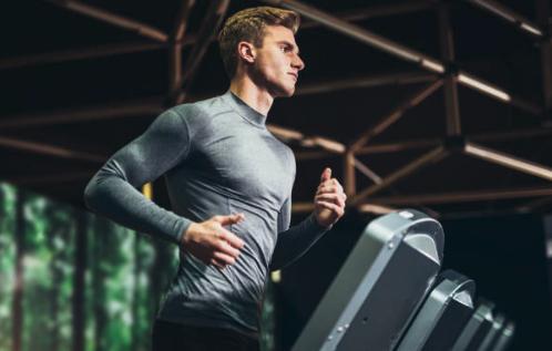スポーツジムで走る男性