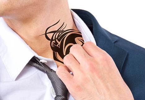 タトゥーを隠すサラリーマン