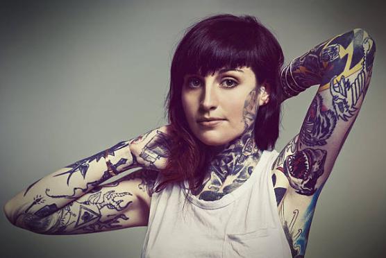 全身タトゥーの女性