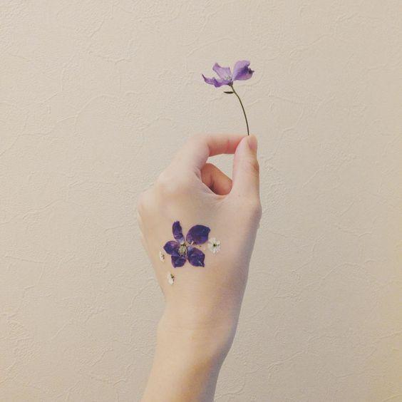 手の甲の押し花タトゥー